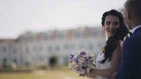 Jonge jonggehuwden die in de aard en het spreken blijven Mooi paar in huwelijksdag, het besteden tijd samen stock footage
