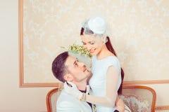Jonge jonggehuwden in liefde royalty-vrije stock foto's