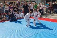 Jonge judoworstelaars 8-10 jaar op de demonstratieprestaties Stock Foto