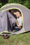 Jonge kampeerauto Stock Foto's