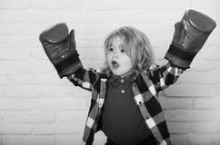 Jonge kampioen kampioen of gelukkige kleine jongen in rode bokshandschoenen, het winnen stock foto