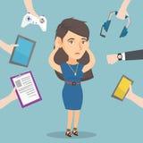 Jonge Kaukasische die vrouw door haar gadgets wordt omringd stock illustratie