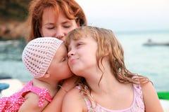 Jonge Kaukasische familie op de overzeese kust Royalty-vrije Stock Foto