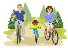 Jonge Kaukasische familie, vader, moeder en jongenskind berijdende fietsen in de zomer in platteland stock illustratie
