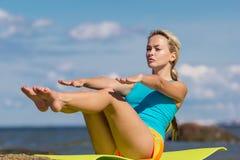 Jonge Kaukasische geschiktheidsvrouw het praktizeren yoga Stock Afbeeldingen