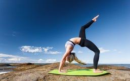Jonge Kaukasische geschiktheidsvrouw het praktizeren yoga Stock Foto