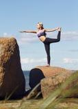 Jonge Kaukasische geschiktheidsvrouw het praktizeren yoga Stock Fotografie