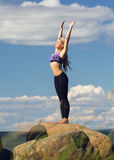 Jonge Kaukasische geschiktheidsvrouw het praktizeren yoga Stock Afbeelding