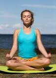 Jonge Kaukasische geschiktheidsvrouw het praktizeren yoga Royalty-vrije Stock Afbeelding