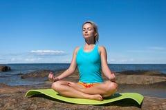 Jonge Kaukasische geschiktheidsvrouw het praktizeren yoga Stock Foto's