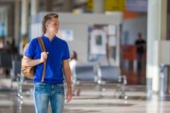 Jonge Kaukasische mens bij luchthaven binnenwachten voor royalty-vrije stock afbeeldingen