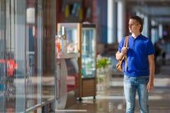 Jonge Kaukasische mens bij luchthaven binnenwachten voor royalty-vrije stock foto