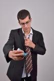 Jonge Kaukasische mens in kostuum die astmainhaleertoestel met behulp van om PR te behandelen royalty-vrije stock foto's