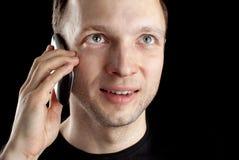 Jonge Kaukasische mensenbesprekingen op mobiele telefoon Stock Foto's