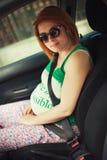 Moeder die veiligheidsgordel dragen Royalty-vrije Stock Foto
