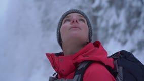 Jonge Kaukasische vrouw die haar vrije tijd doorbrengen die die in openlucht in aard wandelen, met sneeuw wordt behandeld stock video