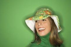 Jonge Kaukasische vrouw die hoed draagt. stock afbeelding