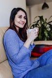 jonge Kaukasische vrouw die koffie of thee thuis voor ontbijt hebben thuis Sluit omhoog mening stock fotografie