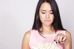 Jonge Kaukasische vrouw die op een film/een TV letten Stock Fotografie