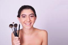 Jonge Kaukasische vrouw met make-upborstels Royalty-vrije Stock Afbeelding