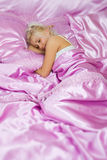 Jonge Kaukasische vrouwenslaap in bed Stock Fotografie