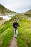 Jonge Kaukasische wandelaar Stock Afbeeldingen