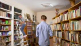 Jonge kerel in de bibliotheek stock video