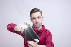 Jonge kerel die beeld met tablet nemen Stock Afbeelding