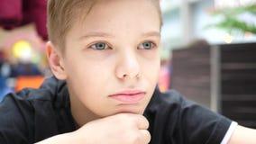 Jonge kerel die de afstand, gezichtsclose-up onderzoeken stock video