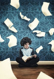 Jonge kerel die een boek lezen Stock Afbeelding