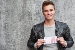 Jonge kerel die 10 euro houden Royalty-vrije Stock Fotografie
