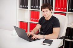 Jonge kerel die laptop met behulp van Stock Fotografie