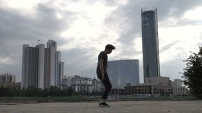 Jonge kerel die trucs het breakdancing doen stock video