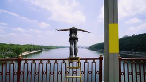 Jonge kerel die van een brug met een kabel voor het springen springen stock videobeelden