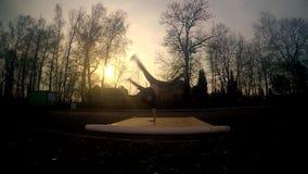 Jonge kerel het dansen breakdance op de straat bij zonsondergang stock video