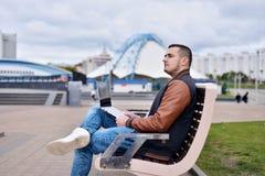 Jonge kerel in leerjasje en jeans royalty-vrije stock fotografie