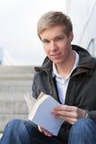 Jonge kerel met boek Royalty-vrije Stock Fotografie