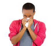 Jonge kerel met een allergie of een koude Stock Afbeelding