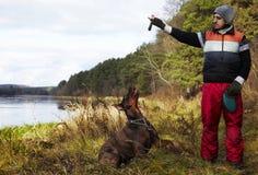 Jonge kerel met hond royalty-vrije stock fotografie