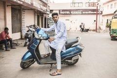 Jonge kerel op autoped in Agra, India Royalty-vrije Stock Afbeeldingen