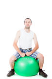 Jonge kerel op een oefeningsbal Stock Afbeelding