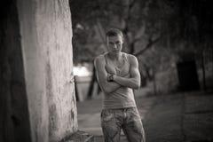 Jonge kerel Portret op straat stock afbeeldingen