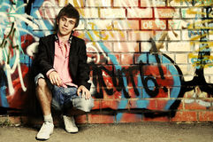 Jonge Kerel tegen graffitimuur. Royalty-vrije Stock Foto's