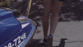 Jonge kerelbroodjes op een aanhangwagen hydrocycle stock videobeelden