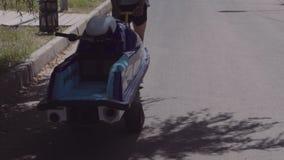 Jonge kerelbroodjes op een aanhangwagen hydrocycle stock video