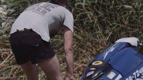 Jonge kerelbroodjes op een aanhangwagen hydrocycle stock footage