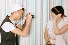 Jonge kerelfotograaf hipster en jong mooi model Royalty-vrije Stock Fotografie
