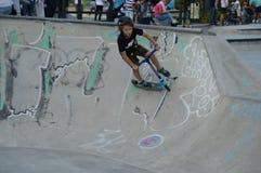 Jonge kickbiker op de helling in een Skatepark Espoo, Finland Stock Afbeeldingen