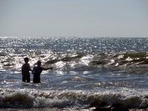 Jonge kinderen bij spel in de Indische Oceaan van de kust van Koh Lanta Thailand stock foto's