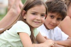 Jonge kinderen in een park stock foto's